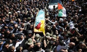 Palestinians carry body of Arafat Jaradat during his funeral in the village of Se'eer, Feb 25, 2013