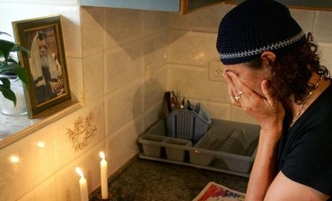 Jewish woman lights the Shabbat candles
