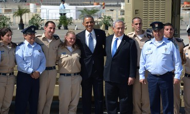 Obama and Netanyahu pose with IDF personnel