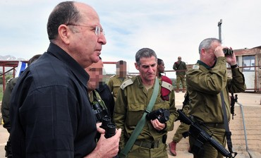 Defense Minister Moshe Ya'alon (R) looks into Syria on tour of Golan Heights