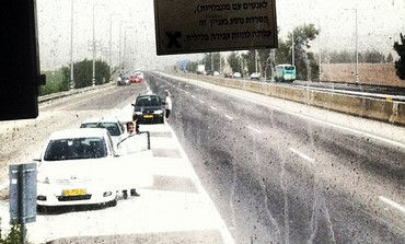 Cars halted on TA J'lem highway on Holocaust Remembrance Day