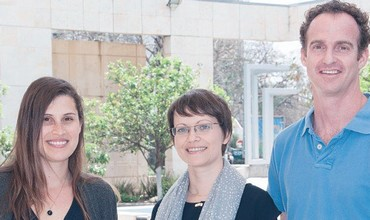 DR. INA SLUTSKY (center) with Hila Fogel (left) and Dr. Yiftah Dolev.