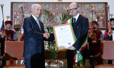 Peres receives award from mayor of Assisi Claudio Ricci