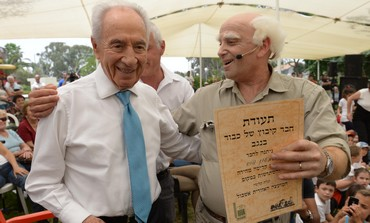 "President Shimon Peres with ""Ben-Gurion"" during visit to kibbutz Nir Yitzhak, May 13, 2013."
