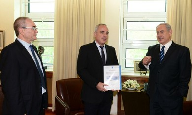 Minister Steinitz presents al-Dura report to Prime Minister Netanyahu, May 19, 2013