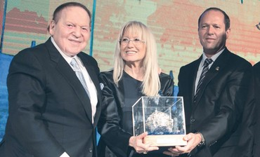 Jerusalem mayor Nir Barkat presents award to Sheldon Adelson and wife Miriam.