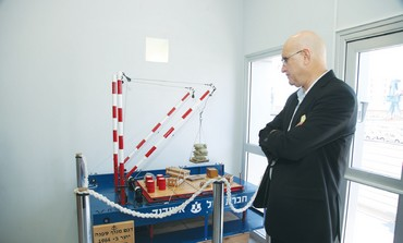 LABOR MK Avishai Braverman looks at a model of a crane during a visit to the Ashdod Port.