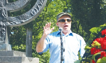 Natan Sharansky speaks at the Babi Yar ravine.