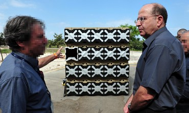 Defense Minister Yaalon meets with Rafael expert.