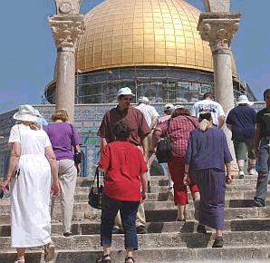 tourists on temple mount 298 88 aj