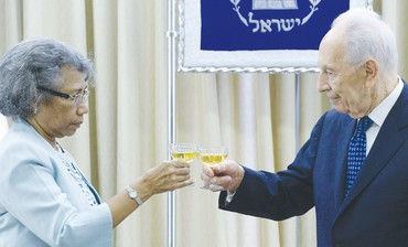 President Shimon Peres  with the new ambassador of Papua New Guinea, Winnie Anna Kiap.