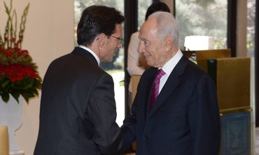 Peres greets US Congressman Cantor at President's Residence, August 13
