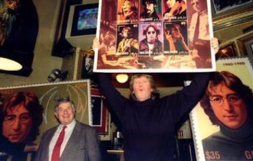 Hermans Hermits' Peter Noone (C) and former Beatles' promoter Sid Bernstein (L)