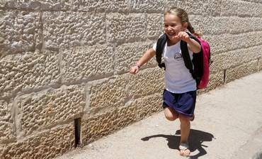 Miki Katz se prepara para seu primeiro dia de escola para alef kita, 26 de agosto de 2013.