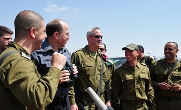 Ya'alon and Gantz visit IDF troops in West Bank, September 3, 2013