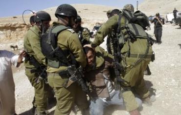 IDF soldiers detain Palestinian in Jordan Valley, September 20, 2013