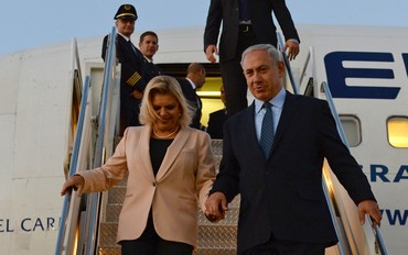 PM Binyamin Netanyahu and his wife Sara get off the plane in NY, September 29, 2013.