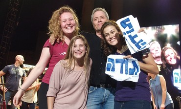 SINGER SHLOMO ARTZI and three grateful fans, including Dara Wohlgelernter (left).