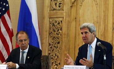 Russian FM Sergei Lavrov (L) and US counterpart John Kerry meet in Bali, October 7, 2013