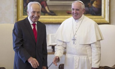 President Shimon Peres with Pope Francis at the Vatican, April 30, 2013