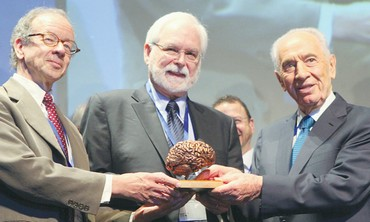 Peres presents BRAIN prize to winners.