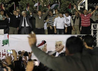 PA President Mahmoud Abbas (C) welcomes Palestinian prisoners released in Ramallah.