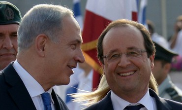 Prime Minister Netanyahu and French President Hollande at Ben-Gurion airport, November 17, 2013.