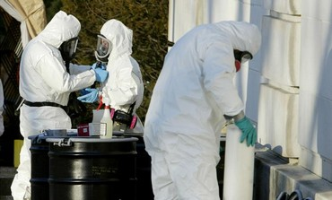 Officials in protective suits handle anthrax [file]