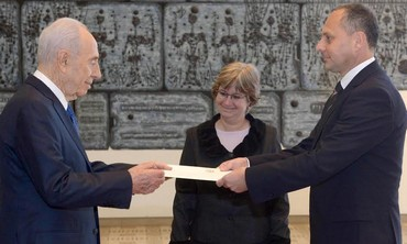 Pres. Shimon Peres (L), Foreign Ministry official Talia Lador-Fresher, and Hungarian ambassador Ando