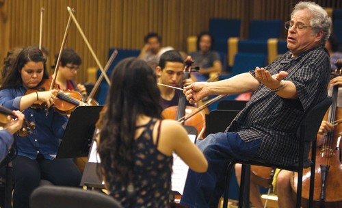 Itzhak Perlman with students in Tel Aviv, April 2014.