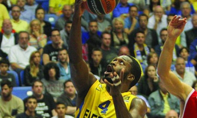 Maccabi Tel Aviv guard Jeremy Pargo goes up for a layup