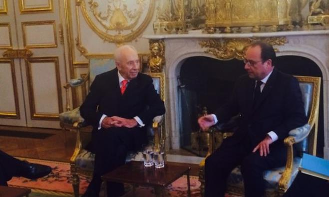 Former president Shimon Peres and French President Francois Hollande meet in Paris, December 18, 201