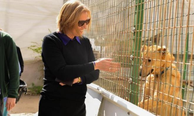 Zionist Union co-leader Tzipi Livni at dog shelter.