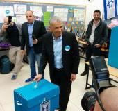 Moshe Kahlon votes at a ballot box in his native Givat Olga