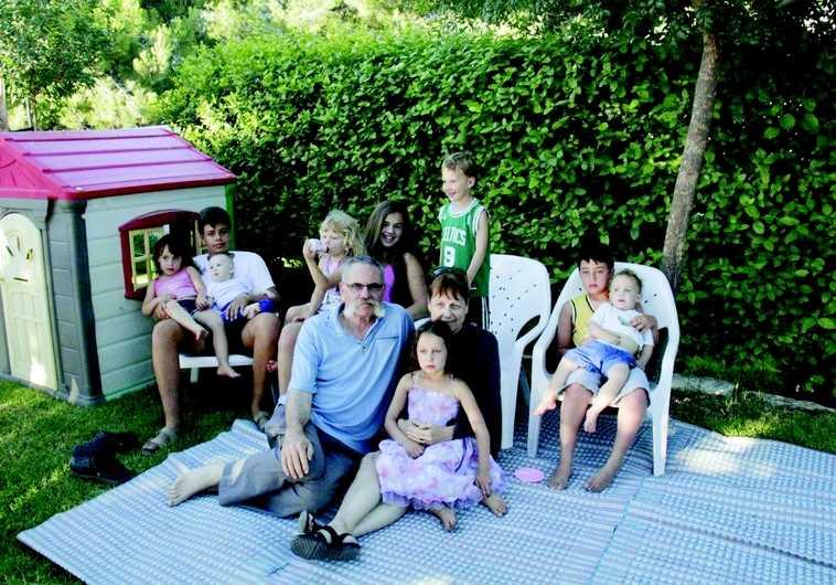 Yossef Avi Yair Engel entouré par son épouse et des enfants du kibbout