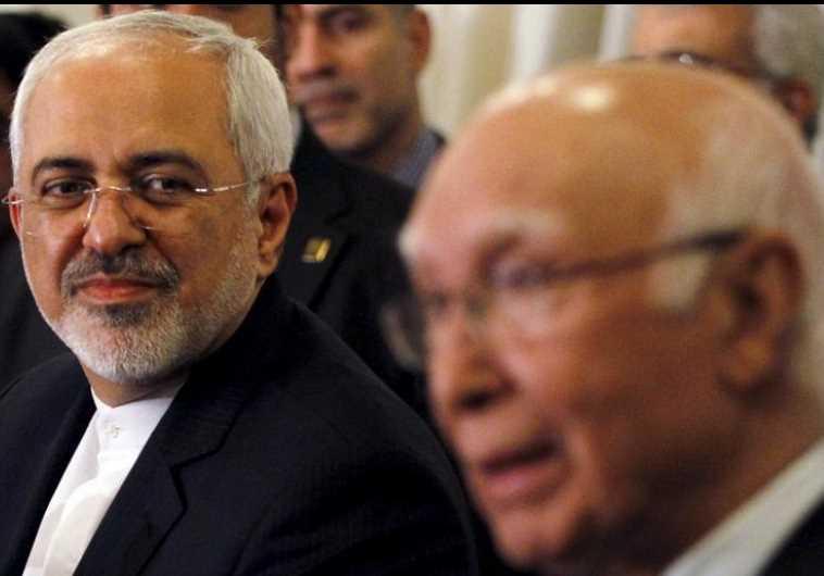Iranian Foreign Minister Javad Zarif (L) and Pakistani Foreign Minister Sartaj Aziz