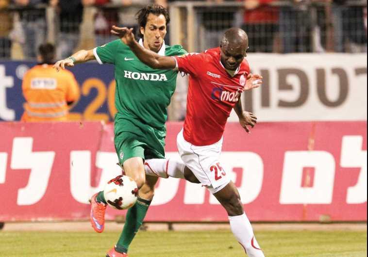 Maccabi Haifa Yossi Benayoun (left)