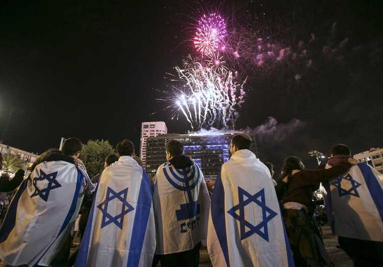 Man celebrates Independence Day in Ashkelon, April 23, 2015