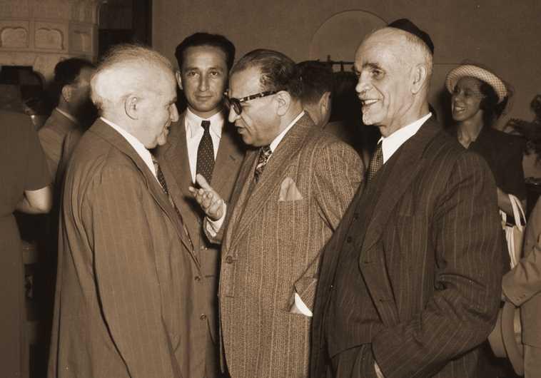 Le ministre iranien Reza Safinia discute avec David Ben Gourion