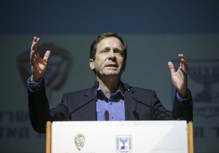 Zionist Union MK Isaac Herzog addresses young voters at Tel Aviv University