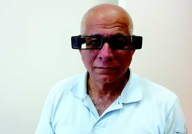 Efi Cohen Arazi équipé de ses lunettes révolutionnaires