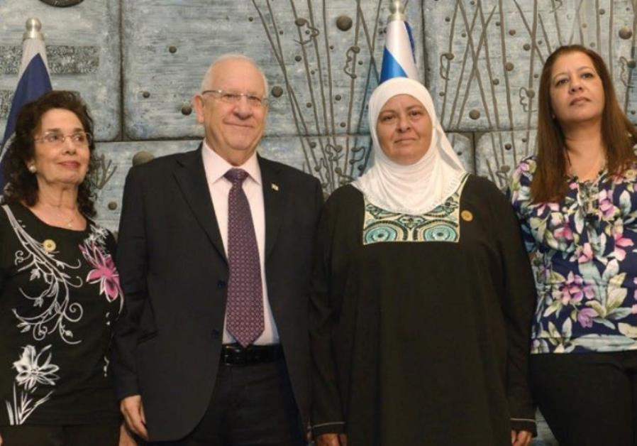 PRESIDENT REUVEN RIVLIN stands with family members of organ donors at ADI ceremony.