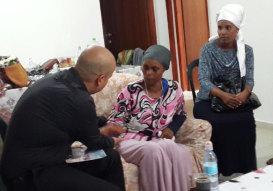 Journalist talking to family of Avera Mengistu