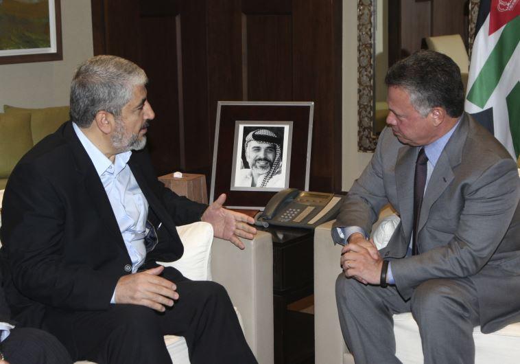 Hamas political bureau chief Khaled Mashaal (L) meets with Jordan's King Abdullah in Amman