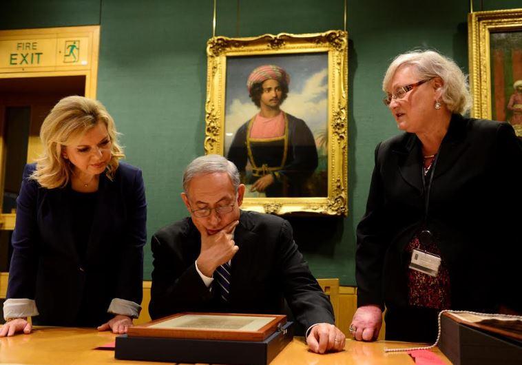 Sara and Benjamin Netanyahu view th Balfour Declaration at the British Library