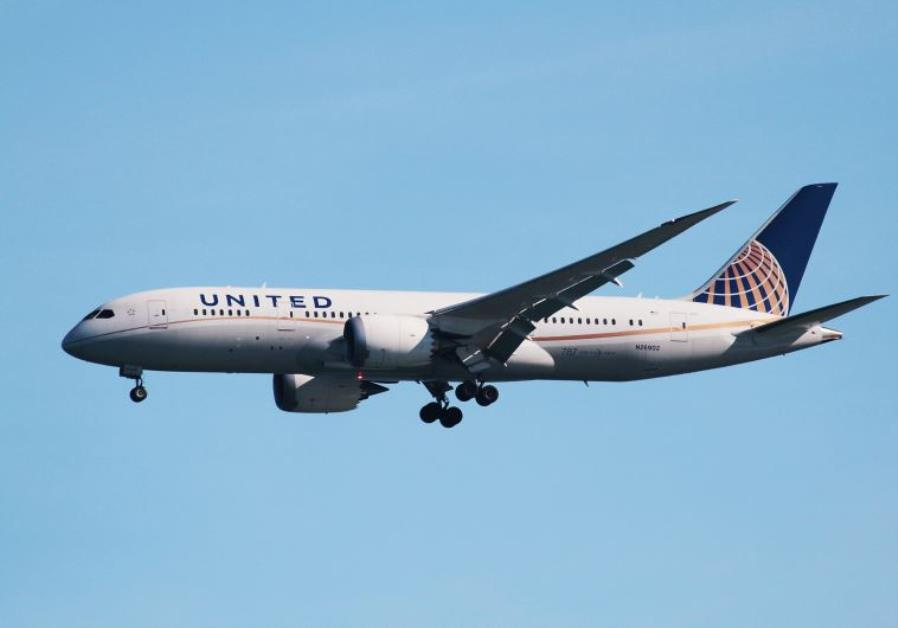 A United Airlines Boeing 787 Dreamliner lands at San Francisco International Airport, San Francisco,