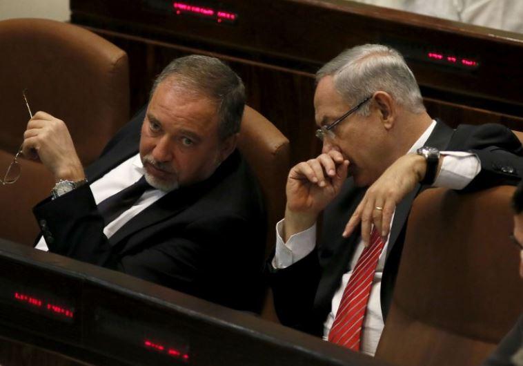 Prime Minister Benjamin Netanyahu (R) confers with Yisrael Beytenu chief Avigdor Liberman