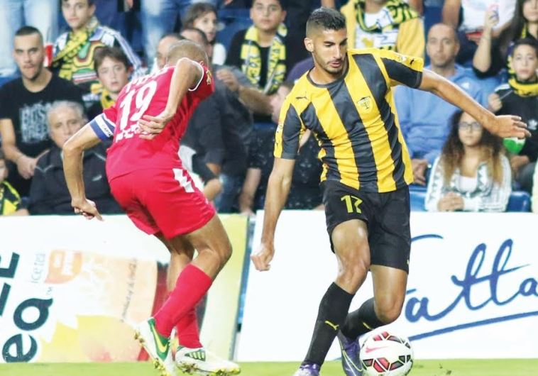 Beitar Jerusalem midfielder Lidor Cohen (right) in action during a match against Hapoel Ra'anana