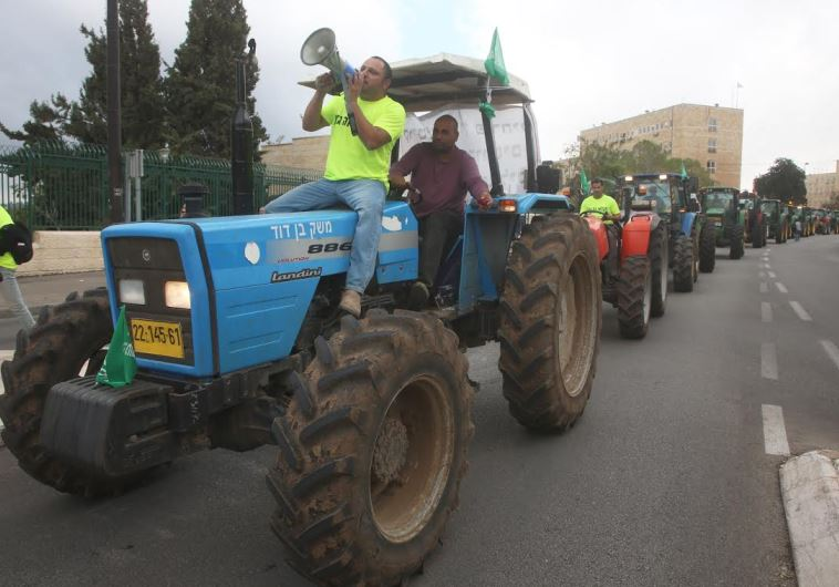 Farmers on tractors demonstrating in Jerusalem, November 9, 2015