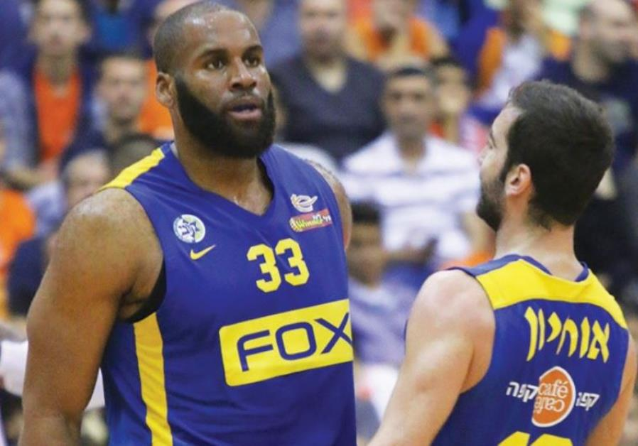 Maccabi Tel Aviv forward Arinze Onuaku (left) and guard Yogev Ohayon
